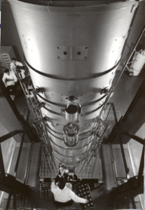Colonne du microscope à très haute tension - Laboratoire d'optique électronique (aujourd'hui CEMES) - Photographie Jean Dieuzaide – 1973